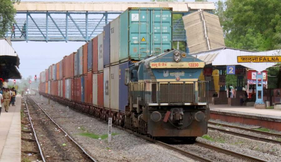 Indian-Railway-goods-train-double-stack-containter-28452090982_5bb18882ce_b.jpg
